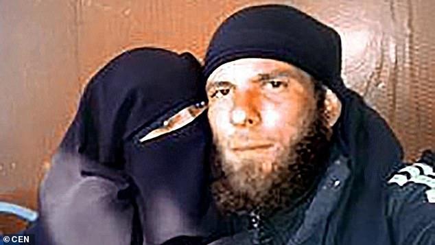زن داعشی 1 - زن داعشی شب ازدواج خود را در اتاق شکنجه سپری کرد + تصاویر