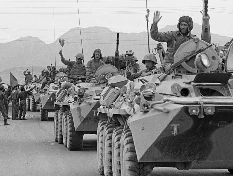 عساکر ارتش سرخ شوروی 1 - تصاویر/ خروج آخرین عساکر ارتش سرخ شوروی از خاک افغانستان