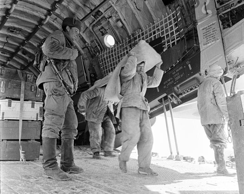 عساکر ارتش سرخ شوروی 23 - تصاویر/ خروج آخرین عساکر ارتش سرخ شوروی از خاک افغانستان