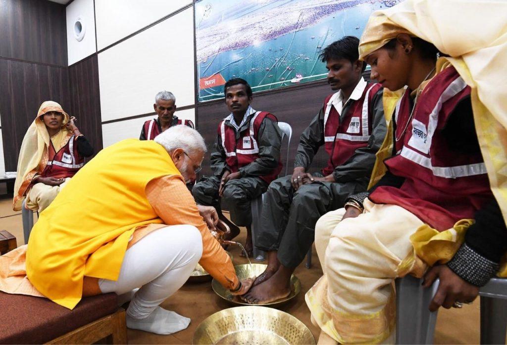 نارندرا مودی 2 1024x698 - تصاویر/ روش متفاوت صدر اعظم هند برای تقدیر از کارمندان شاروالی