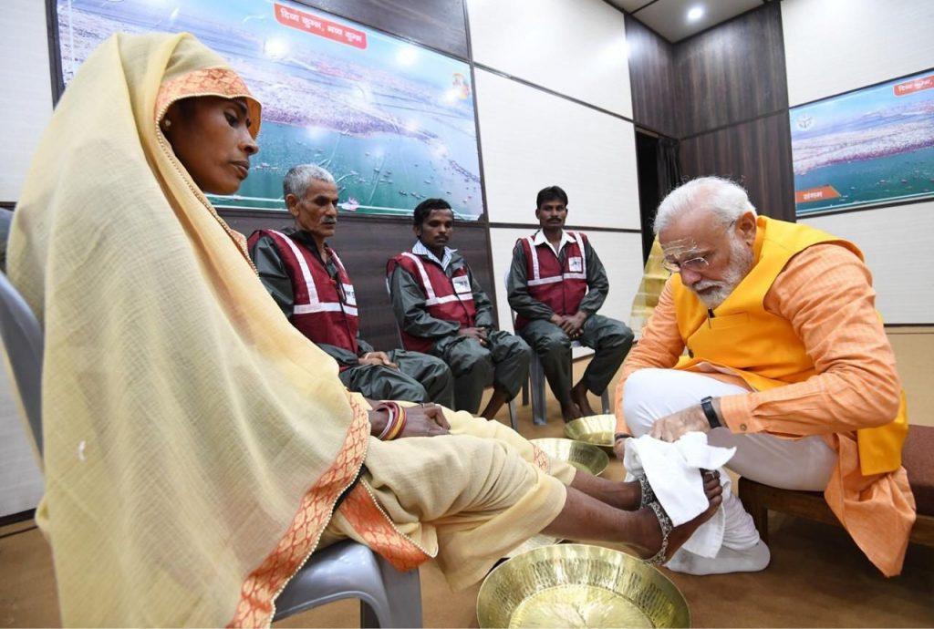 نارندرا مودی 3 1024x690 - تصاویر/ روش متفاوت صدر اعظم هند برای تقدیر از کارمندان شاروالی