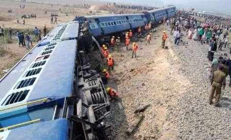 هند - خارج شدن یک قطار مسافربری از ریل در شمال هند