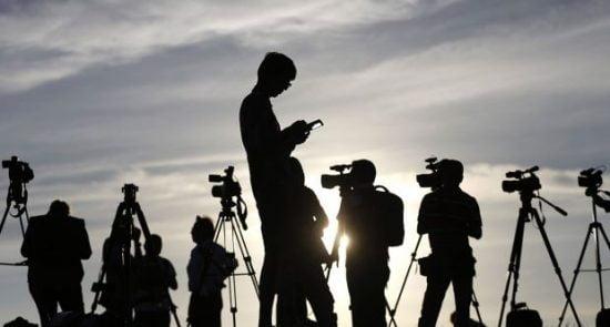 خبرنگار 1 550x295 - درخواست روزنامه نگاران افغان از جامعه جهانی درباره محدودیتهای آزادی بیان در افغانستان