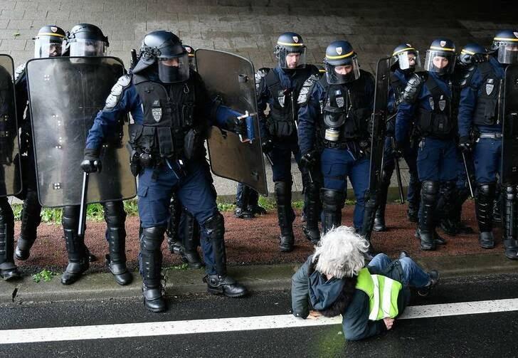 فرانسه پولیس1 - تصاویر/ برخورد وحشیانه پولیس فرانسه با زنان معترض