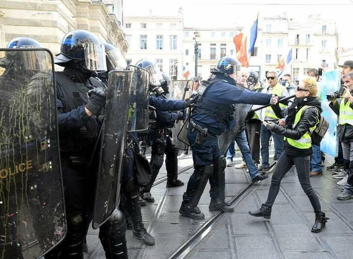 فرانسه پولیس2 - تصاویر/ برخورد وحشیانه پولیس فرانسه با زنان معترض