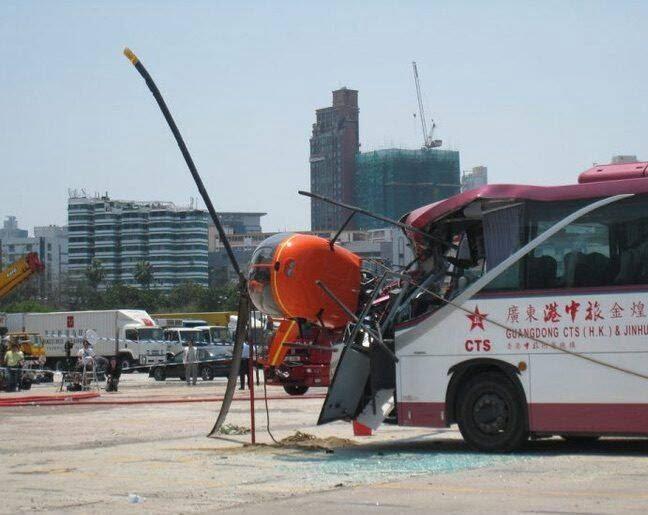 چرخبال 1 - تصاویر/ برخورد وحشتناک چرخبال با یک بس در هانگ کانگ