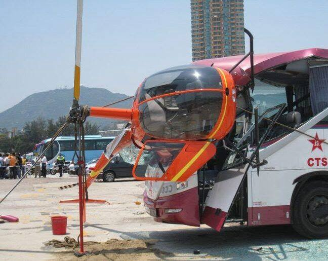 چرخبال 3 - تصاویر/ برخورد وحشتناک چرخبال با یک بس در هانگ کانگ