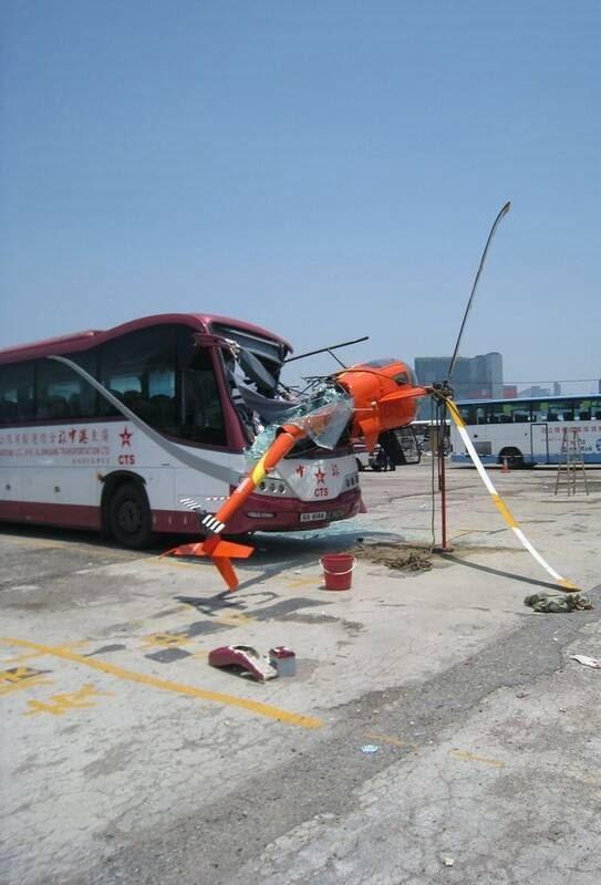 چرخبال 4 - تصاویر/ برخورد وحشتناک چرخبال با یک بس در هانگ کانگ