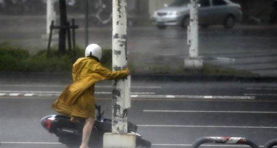 چین طوفان 550x295 - طوفان ۵۰ هزار چینایی را آواره کرد