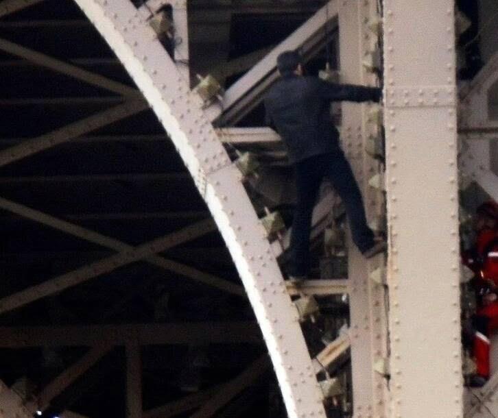 برج2 - تصاویر/ مردی که به مصاف برج ایفل رفت