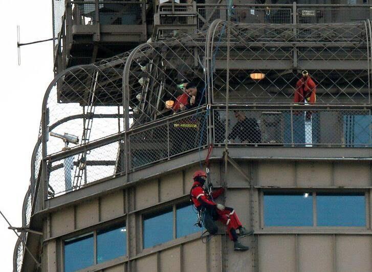 برج5 - تصاویر/ مردی که به مصاف برج ایفل رفت