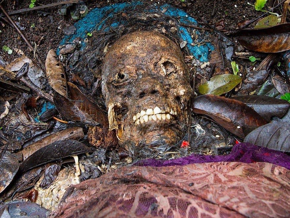 قبرستان1 - سنت ترسناک قریه نشینان اندونزیا برای مردگان + تصاویر(18+)