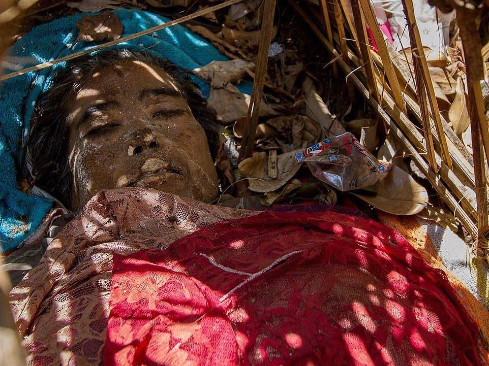 قبرستان2 - سنت ترسناک قریه نشینان اندونزیا برای مردگان + تصاویر(18+)
