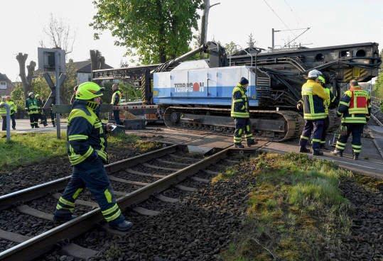 قطار تصادف 1 - تصاویر/ تصادف شدید قطار با لاری در جرمنی