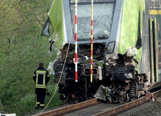 قطار تصادف 5 - تصاویر/ تصادف شدید قطار با لاری در جرمنی