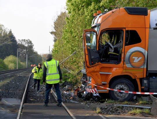 قطار تصادف 6 - تصاویر/ تصادف شدید قطار با لاری در جرمنی