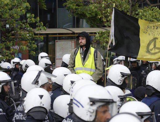 واسکت زردها 11 - تصاویر/ اعتراض واسکت زردها به دیکتاتوری اروپایی ضد مردمی