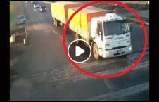 ویدیو تصادف قطار لاری سرک 226x145 - ویدیو/ تصادف وحشتناک قطار با لاری در سرک