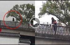 ویدیو موترسایکل چین زن خودکشی نجات 226x145 - ویدیو/ موترسایکل سوار چینایی یک زن را از خودکشی نجات داد
