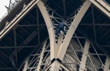 1برج 226x145 - تصاویر/ مردی که به مصاف برج ایفل رفت
