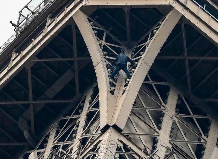 1برج - تصاویر/ مردی که به مصاف برج ایفل رفت