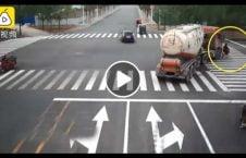 ویدیو لاری زن موترسایکل سوار چین 226x145 - ویدیو/ لحظه عبور لاری از روی زن موترسایکل سوار در چین
