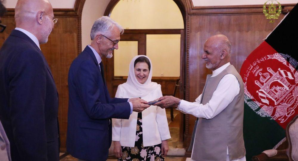 اشرف غنی البرتو کایرو 1 - اعطای تابعیت افتخاری افغانستان به رییس بخش فزیوتراپی صلیب سرخ
