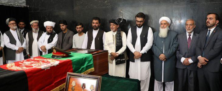 اشرف غنی 3 - ادای احترام رییس جمهور غنی به پیکر شهید برید جنرال حاجی عبدالغفار احمدزی