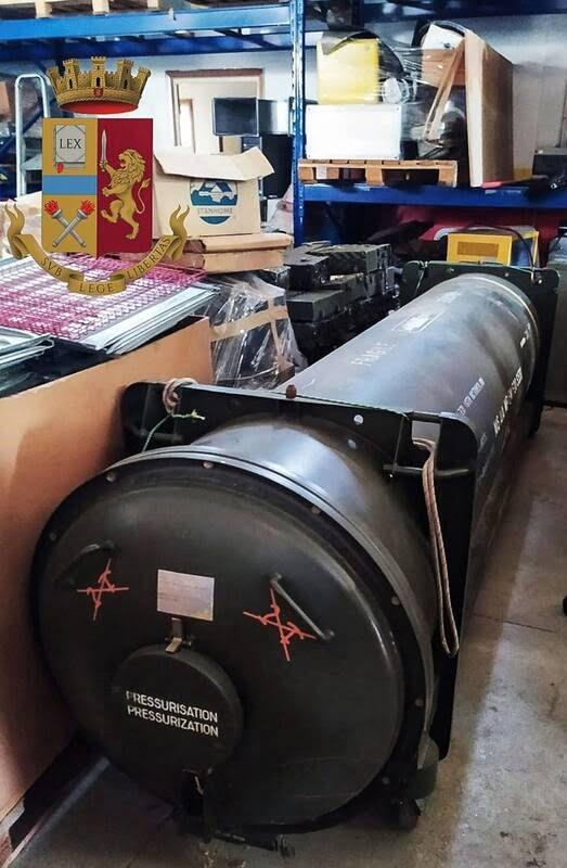 ایتالیا راکت 1 - تصاویر/ کشف راکت و تسلیحات جنگی در یک خانه در ایتالیا