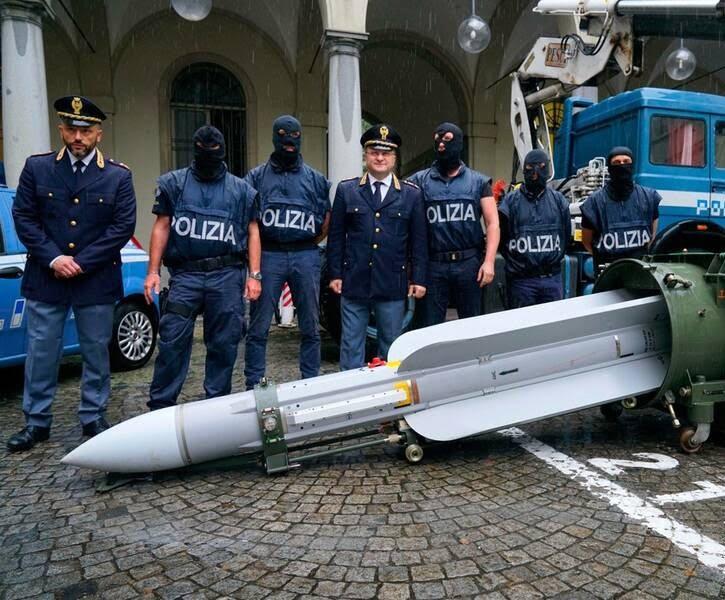 ایتالیا راکت 2 - تصاویر/ کشف راکت و تسلیحات جنگی در یک خانه در ایتالیا