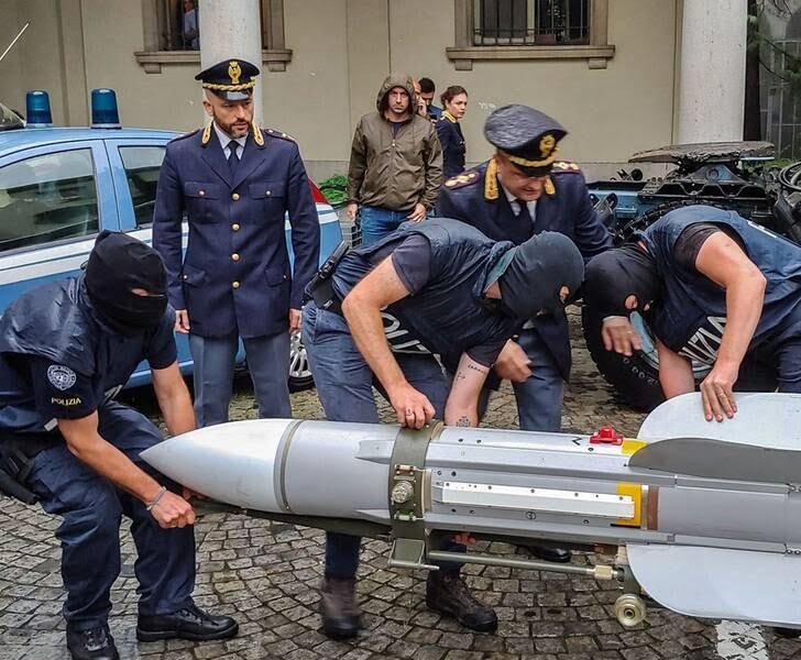 ایتالیا راکت 4 - تصاویر/ کشف راکت و تسلیحات جنگی در یک خانه در ایتالیا