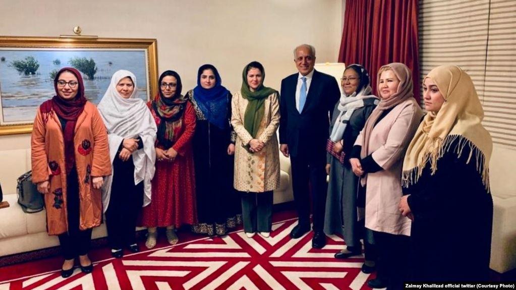 خلیل زاد - تصویر/ دیدار زلمی خلیلزاد با شماری از زنان افغان در دوحه