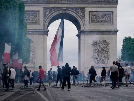 فرانسه تظاهرات2 - تصاویر/ آشوب در پاریس همزمان با روز استقلال فرانسه