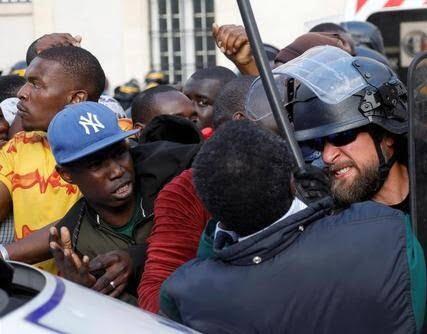 فرانسه1 - تصاویر/ لت و کوب مهاجرین توسط پولیس فرانسه