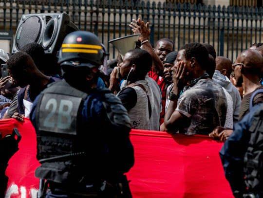فرانسه6 - تصاویر/ لت و کوب مهاجرین توسط پولیس فرانسه