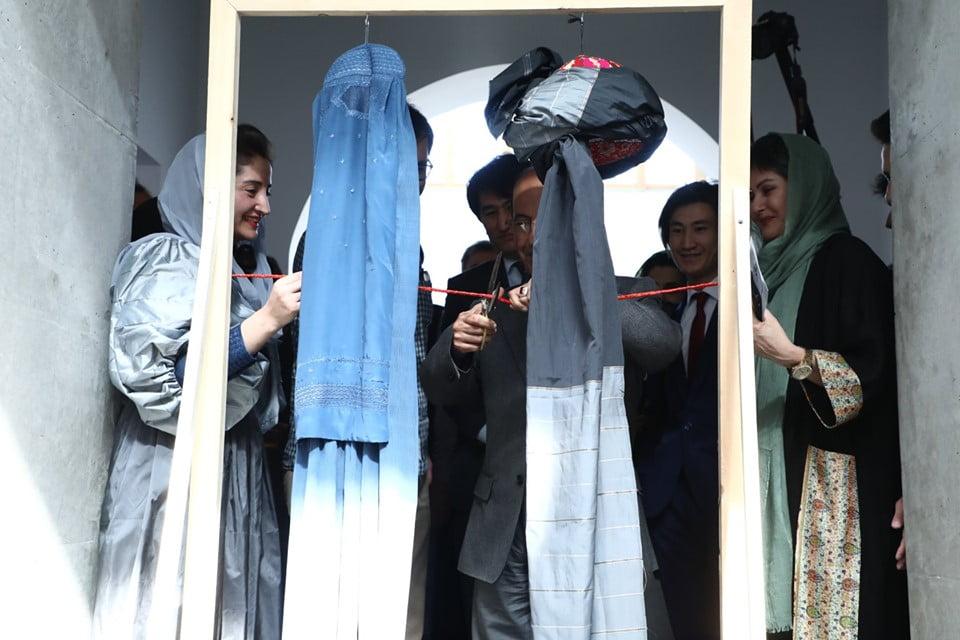 نمایشگاه چادری مقابل لنگی 12 - تصاویر/ برگزاری نمایشگاه جنجالی چادری مقابل لنگی در کابل