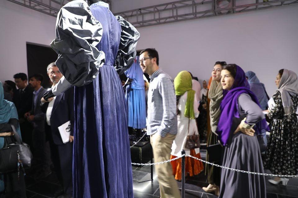 نمایشگاه چادری مقابل لنگی 15 - تصاویر/ برگزاری نمایشگاه جنجالی چادری مقابل لنگی در کابل