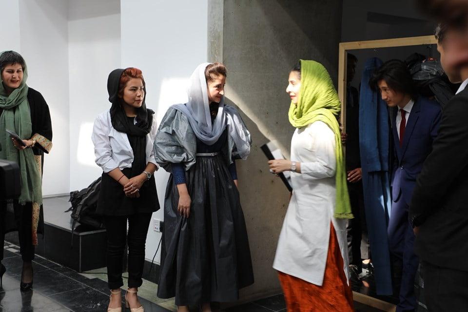 نمایشگاه چادری مقابل لنگی 17 - تصاویر/ برگزاری نمایشگاه جنجالی چادری مقابل لنگی در کابل