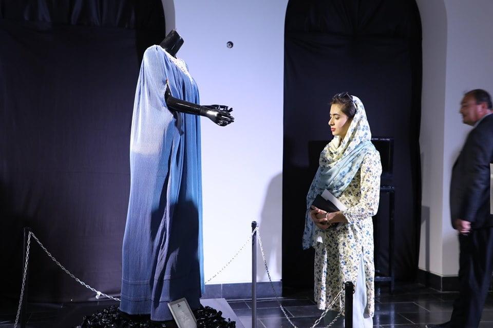 نمایشگاه چادری مقابل لنگی 19 - تصاویر/ برگزاری نمایشگاه جنجالی چادری مقابل لنگی در کابل