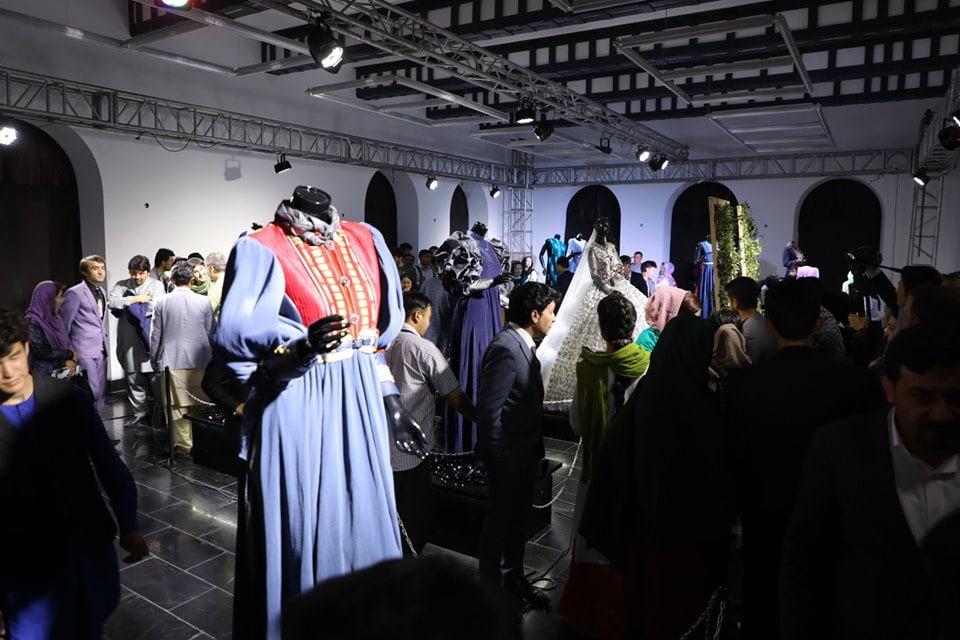 نمایشگاه چادری مقابل لنگی 2 - تصاویر/ برگزاری نمایشگاه جنجالی چادری مقابل لنگی در کابل