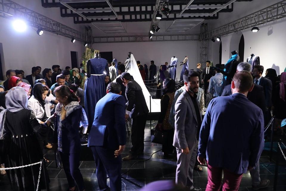 نمایشگاه چادری مقابل لنگی 20 - تصاویر/ برگزاری نمایشگاه جنجالی چادری مقابل لنگی در کابل