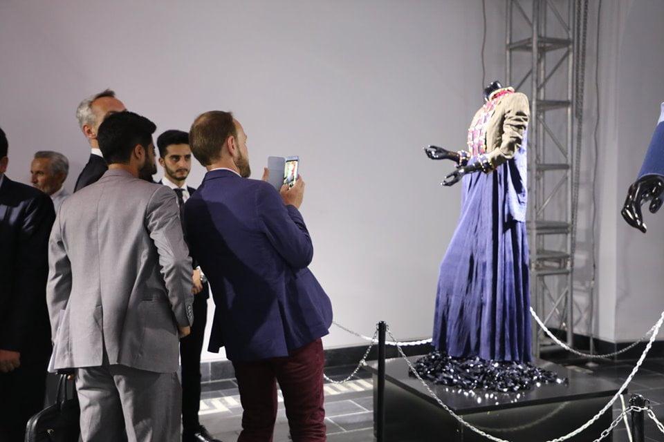 نمایشگاه چادری مقابل لنگی 23 - تصاویر/ برگزاری نمایشگاه جنجالی چادری مقابل لنگی در کابل