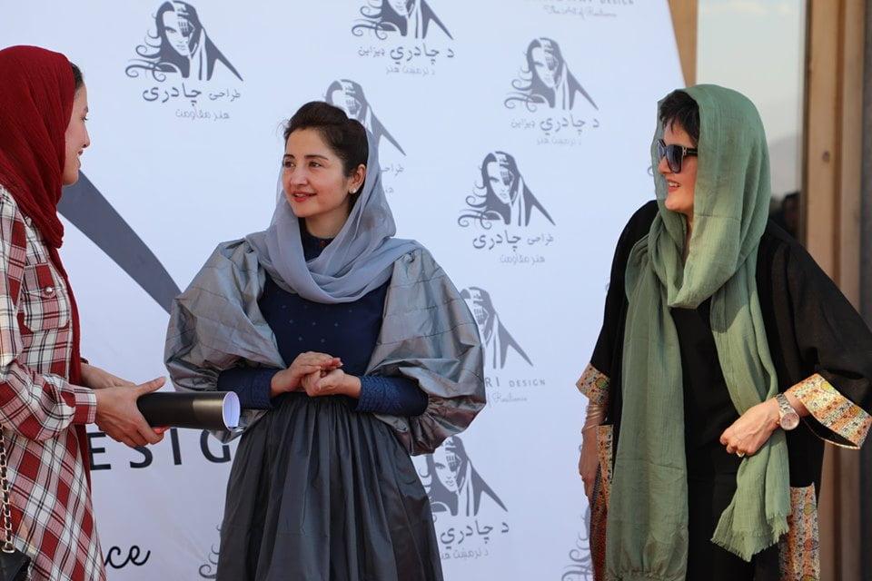 نمایشگاه چادری مقابل لنگی 26 - تصاویر/ برگزاری نمایشگاه جنجالی چادری مقابل لنگی در کابل