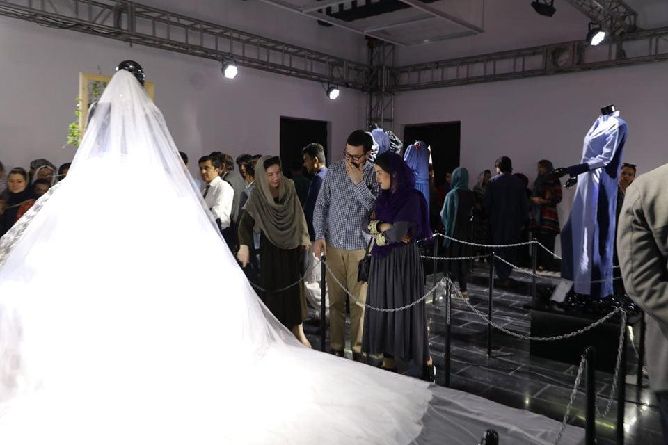 نمایشگاه چادری مقابل لنگی 5 - تصاویر/ برگزاری نمایشگاه جنجالی چادری مقابل لنگی در کابل