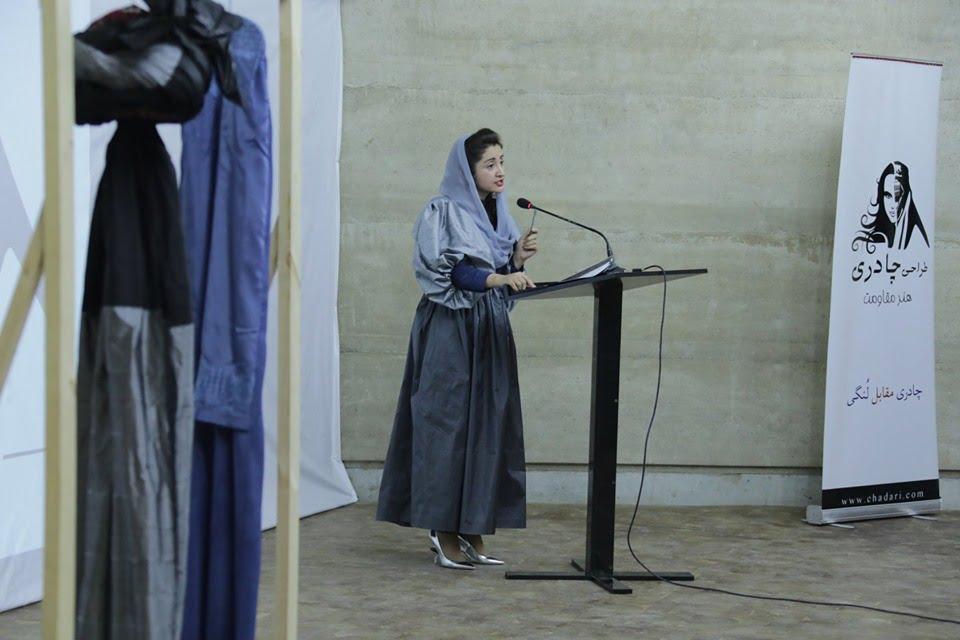 نمایشگاه چادری مقابل لنگی 8 - تصاویر/ برگزاری نمایشگاه جنجالی چادری مقابل لنگی در کابل