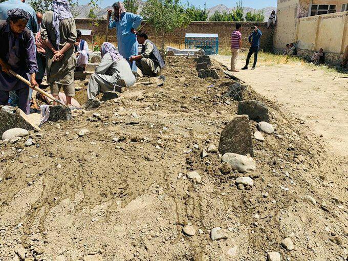 انفجار کابل1 2 - تصاویر/ خاک سپاری دسته جمعی قربانیان حادثه خونین در غرب کابل
