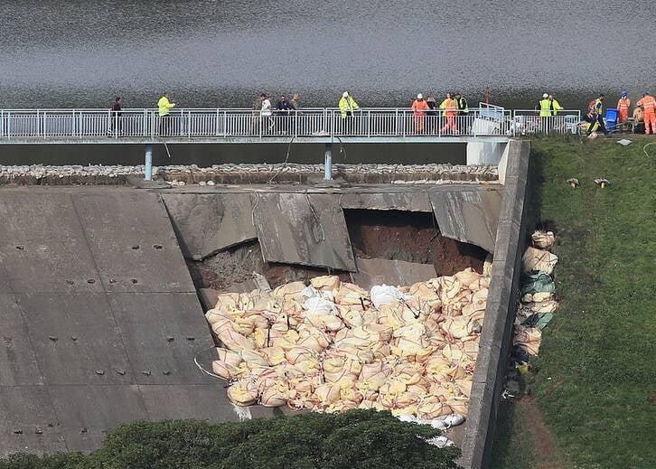 بریتانیا بند آب 1 - تصاویر/ ریزش بند آب، باشنده گان بریتانیا را فراری داد