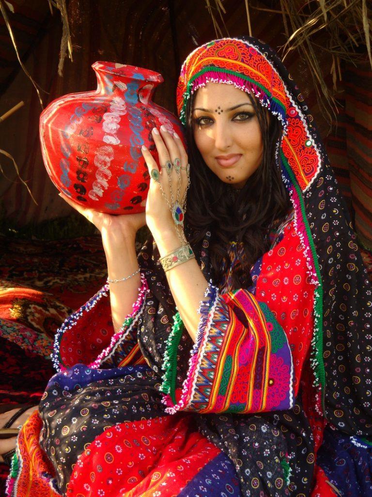 سیتا قاسمی2 768x1024 - کمک صد هزار دالری خواننده زن مشهور به دختران افغان