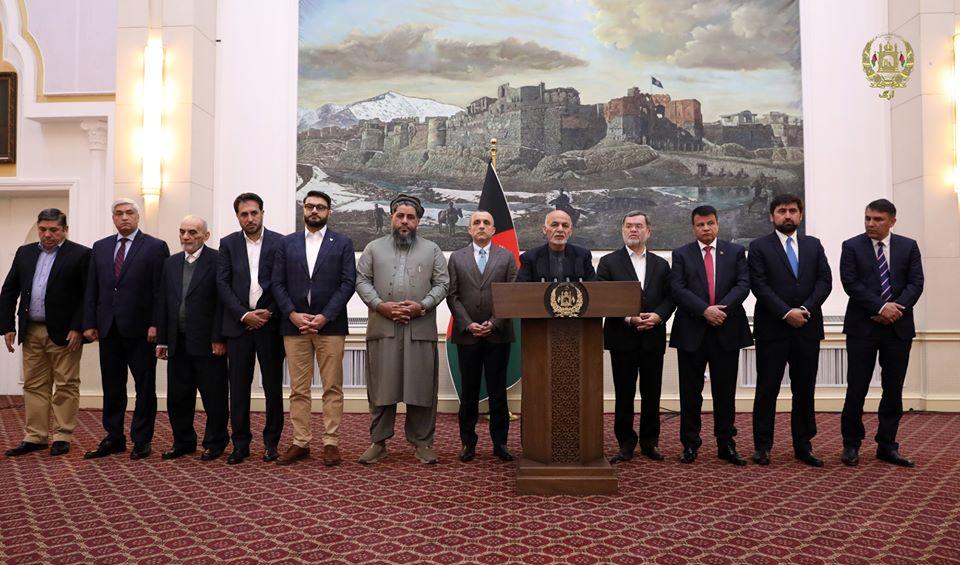 امرالله صالح - انتقاد حقوق دانان از حضور غیر قانونی امرالله صالح در کنار رییس جمهور غنی