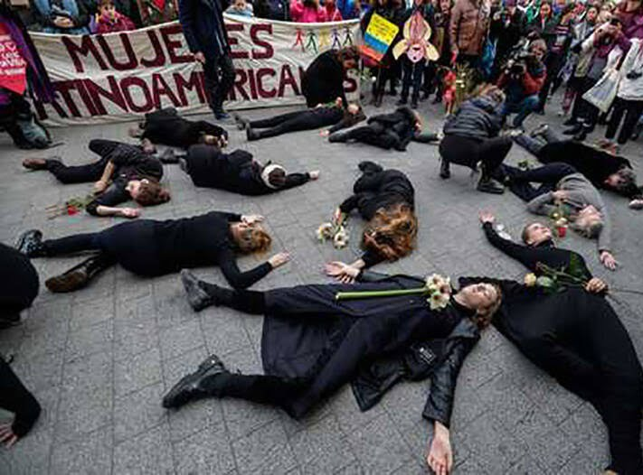 بلجیم - تصویر/ اعتراض عجیب زنان در بلجیم